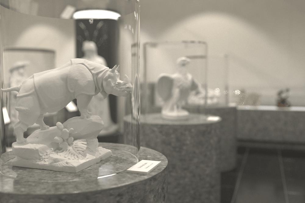 展示物を保護しつつ、「ありのまま」に見せるショーケースに「高透過アクリルパイプ」を使用した事例 (2)