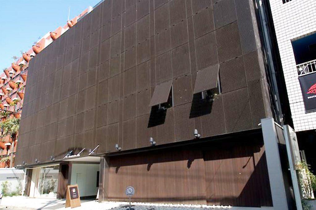 商業ビルの外装に「エバープルトン」を使用した事例 (1)