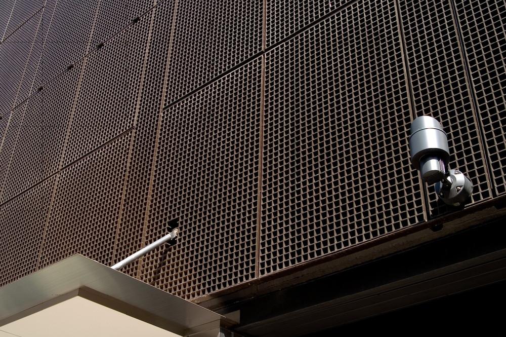 商業ビルの外装に「エバープルトン」を使用した事例 (2)