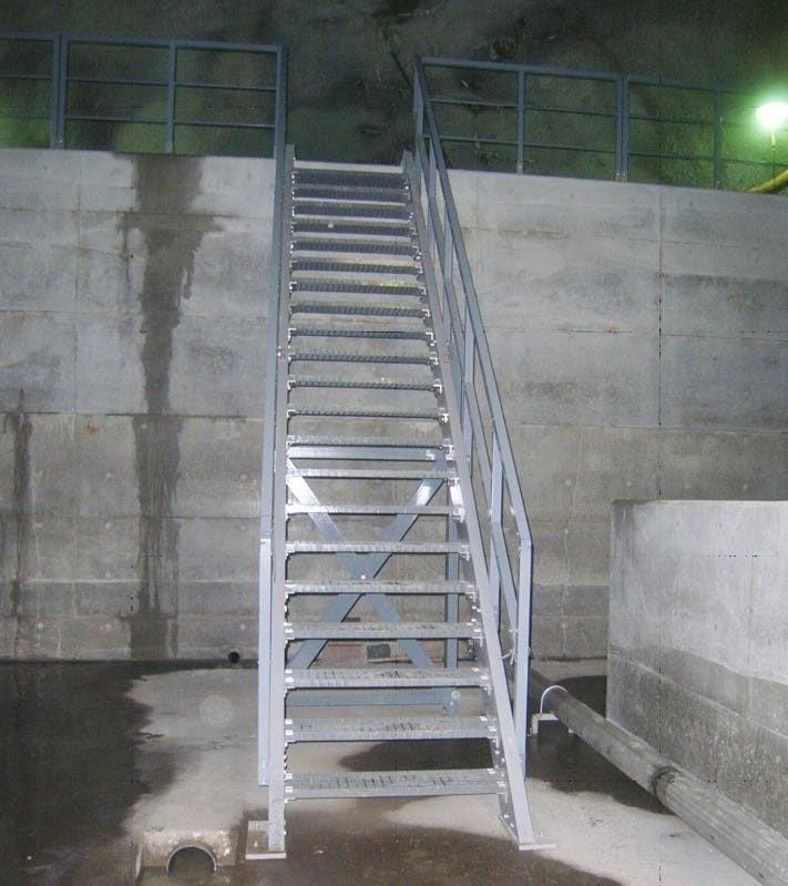 発電所水圧管路階段に「エバープルトン」を使用した事例 (1)